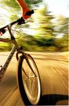 Спускане с велосипеди в планинския курорт Боровец за края на сезона